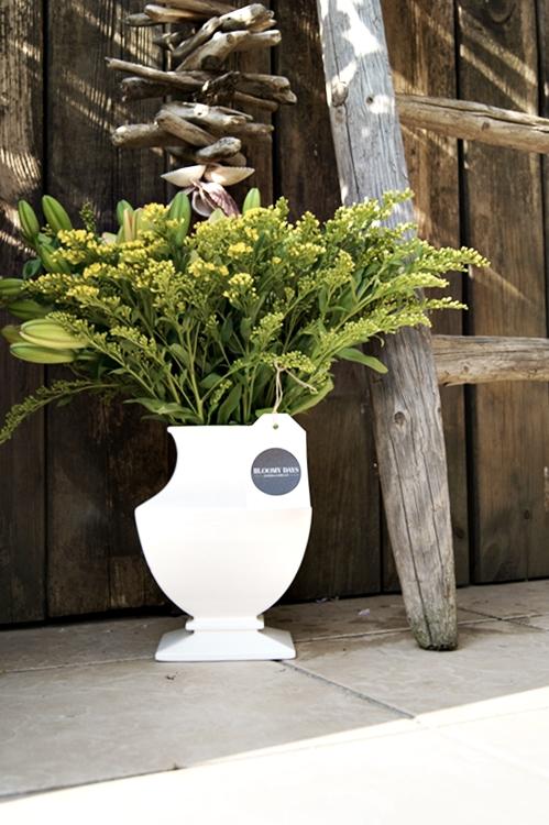 Blog & Fotografie by it's me! - Gelbe Lilien, Goldrute, eine Holzwand und eine alte Leiter