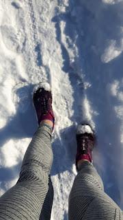 Jambes de coureuse, chaussures de course Salomon, neige