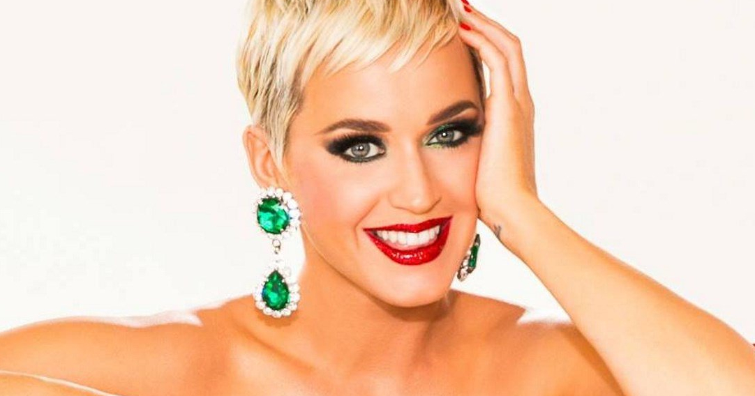 "Ascolta in streaming la canzone di Katy Perry ""Cozy Little Christmas""."
