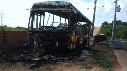 Ônibus e outros cinco veículos públicos são incendiados em Forquilha