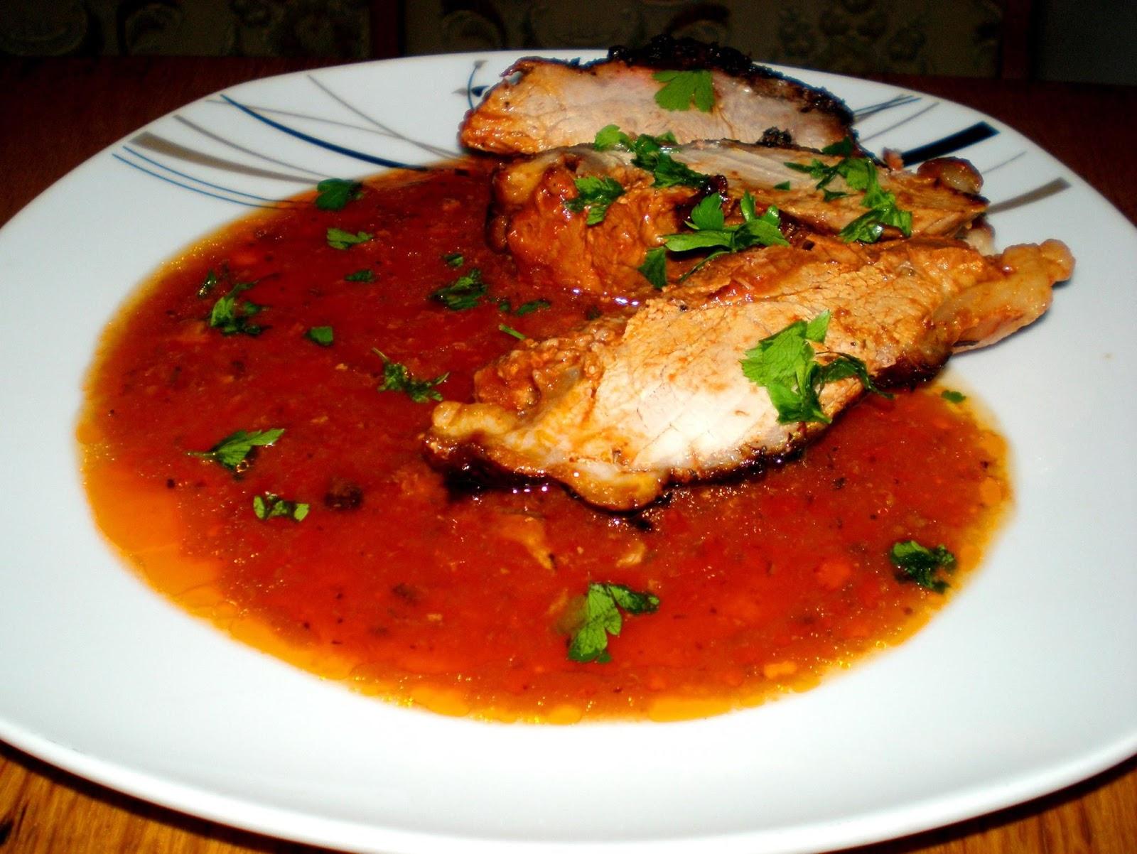 Friptură de porc cu sos de roșii, usturoi și cimbru