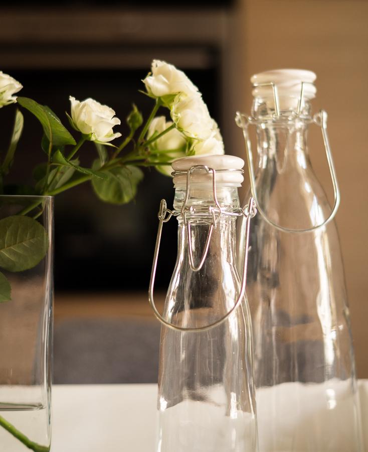 Blog + Fotografie by it's me! | fim.works  weiße Teerosen | Glasflaschen mit Bügelverschluss