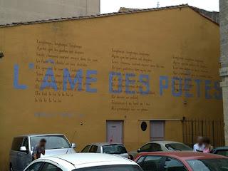Hommage à Trénet sur les murs de la ville