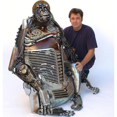 Un orangutan hecho con partes de auto