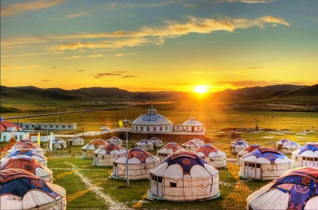 """Thất Vi là thị trấn biên giới nhỏ ở đông bắc Nội Mông, gần biên giới với Nga. Đây là nơi sinh sống của người thiểu số, với sự pha trộn văn hóa được thể hiện khắp nơi. Trong thị trấn, những ngôi nhà gỗ xinh đẹp theo lối kiến trúc Nga được gọi là """"mukeleng"""". Đồ ăn tại đây là sự kết hợp giữa công thức nấu ăn của người Nga và Trung Quốc, tạo nên những món ăn mang đặc trưng riêng. Quanh Thất Vi, các đồng cỏ rộng lớn và tươi tốt cho du khách cơ hội cưỡi ngựa rong chơi."""