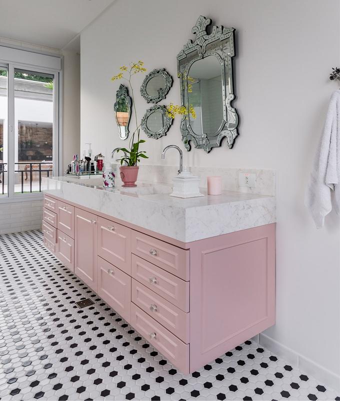 Rosa millennial no banheiro para um banho relaxante