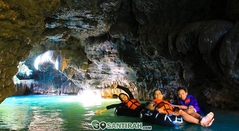 memasuki lorong-lorong gua dengan aktivitas river tubing emang seru