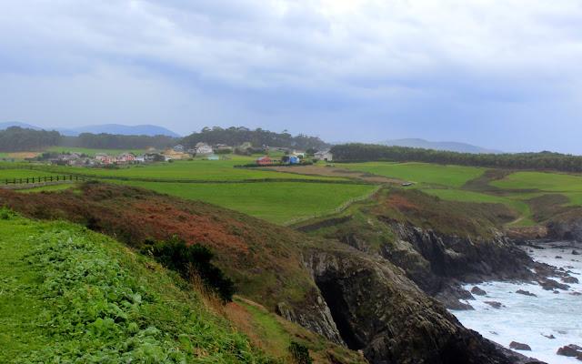 Praderas verdes junto al mar en Asturias occidental