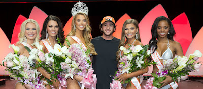 Chase Elliott Poses with 2017 Top-Ten Contestants #NASCAR