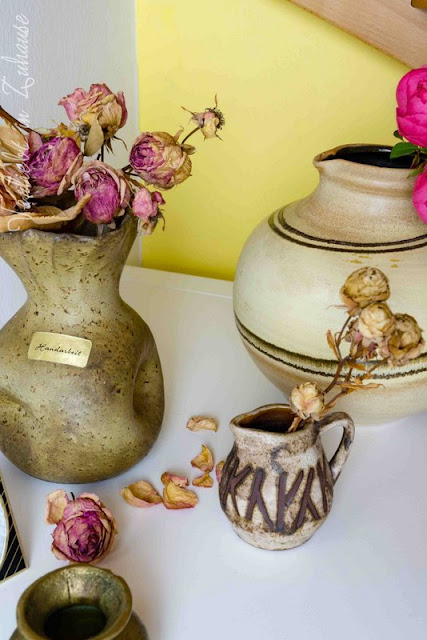 Für Schnittblumen: Keramik Vasen unter der Treppe