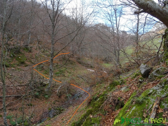 Ruta a Peña Melera y Los Pandos: Primer cruce del reguero Melera