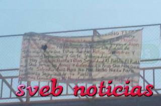 Dejan otra narcomanta en puente patonal de Mugica Michoacan
