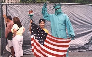 曾铮的女儿2004年7月从悉尼到美国参加法轮大法心得交流会及其它活动期间摄于纽约曼哈顿。(曾铮提供)
