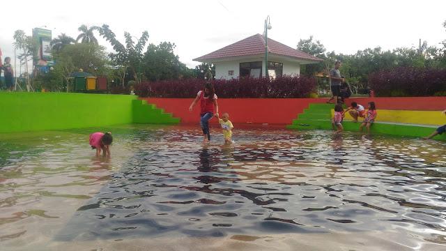 RTH Putri Kaca Mayang Pekanbaru Berubah jadi Waterboom Dadakan