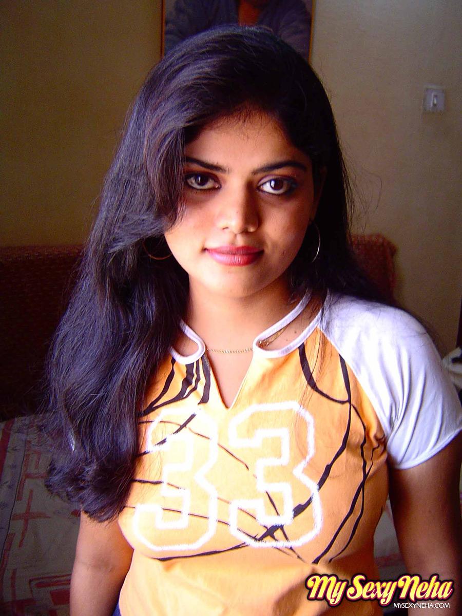 TAMASHA BLOG: Indian HouseWife Neha Posing in Bedroom