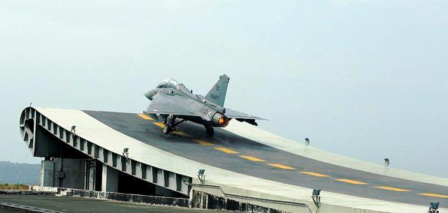 Jet tempur Tejas India lepas landas dari dek kapal induk tiruan
