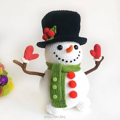 Вязаный снеговик в цилиндре