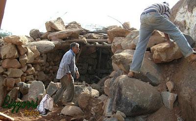 Bizzarri fazendo a execução da gruta de pedra. Nessa parte, fazendo o fechamento do teto da gruta com esse tipo de pedra moledo. Gruta de Nossa Senhora de Fatima.
