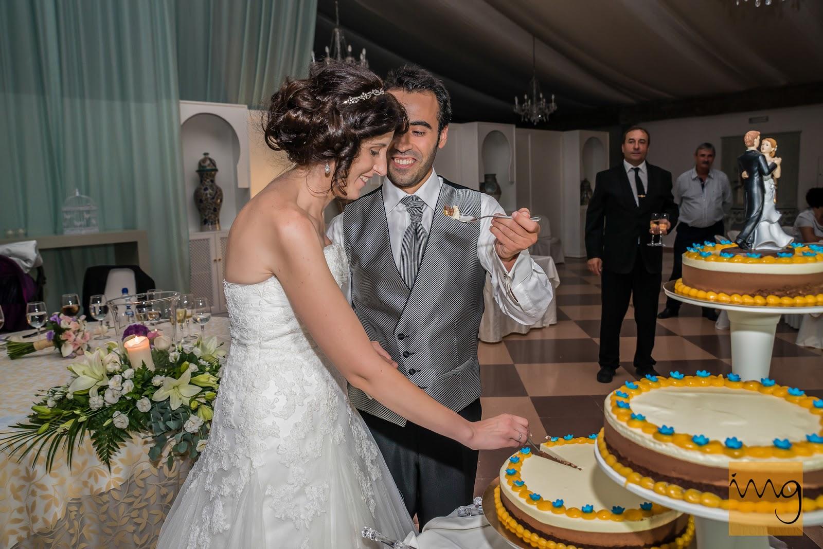 Los novios probando la tarta nupcial