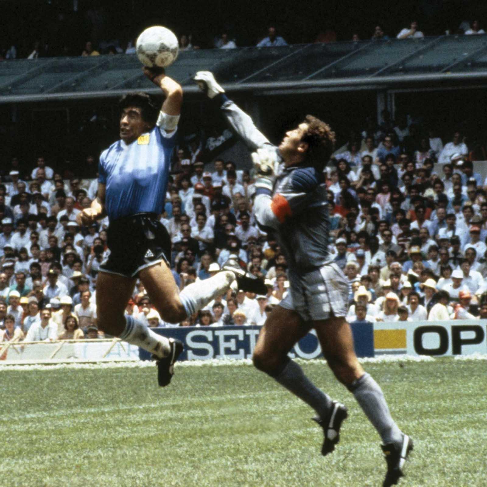Diego Maradona anota el infame gol de la Mano de Dios, 1986