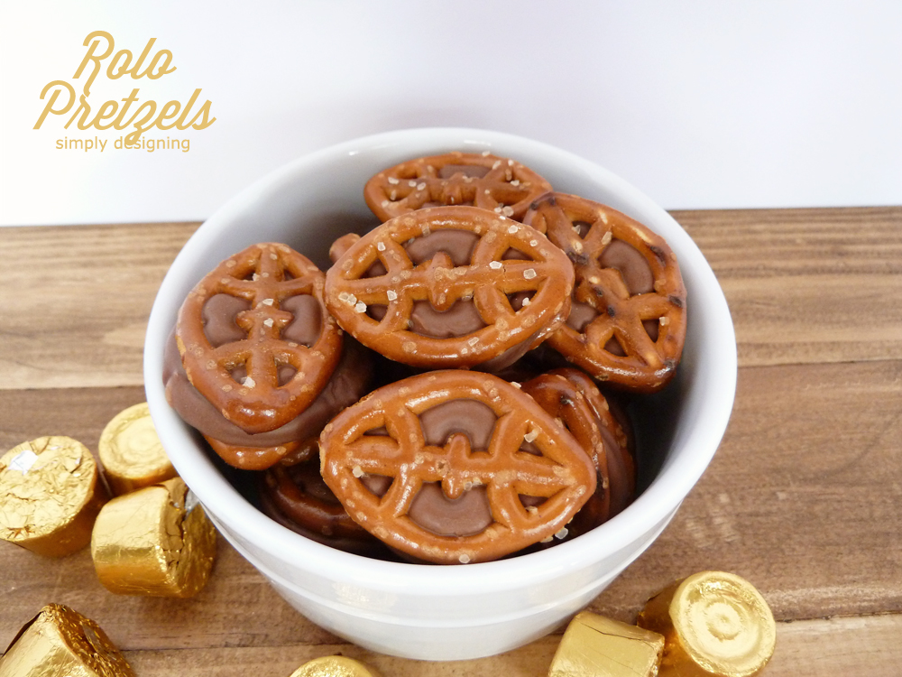 Chocolate Caramel Pretzels (aka Rolo Pretzels) with FREE Printable: Game Day Style   #recipe #football #gameday #chocolate #printable