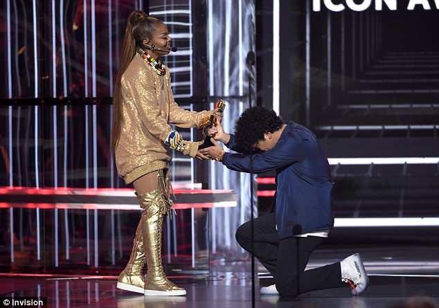 Bruno Mars kneels down to presents Icon Award to Janet Jackson at BBMAs 2018 (Photos)
