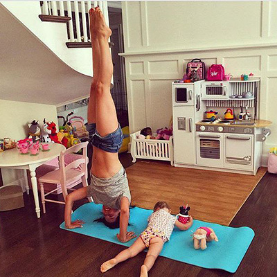With Yoga to life: the wife of Alec Baldwin