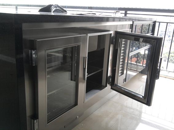 balcão refrigerado em aço inox escovado, portas com vidros elétricos, rodapé e gaveta para degelo.
