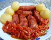 Linguiça de forno com cebola e molho de tomate