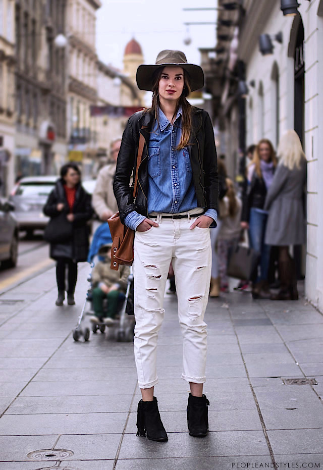 How to wear white loose ripped jeans, denim shirt, leather jacket, fringed ankle boots and fedora hat