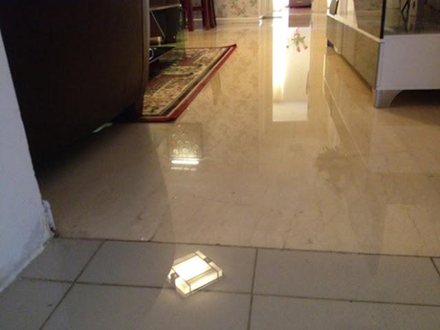 Nước từ bồn cầu tràn ra sàn nhà