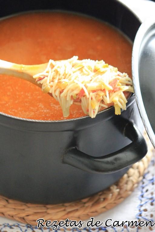 Sopa de espárragos con jamón y fideos