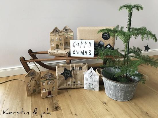 Weihnachtsdeko mit Holzschlitten, Tanne und Päckchen