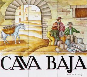 Placa callejera de la Cava Baja, con dibujo de un comerciante vendiendo vasijas en una de las puertas de la ciudad