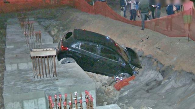 Acidente deixa carro preso em estrutura de obra, na BR-230 na PB