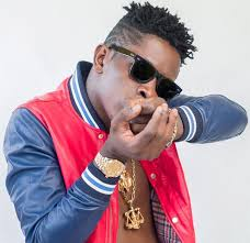 Shatta Wale threatens to hit a fan with chair