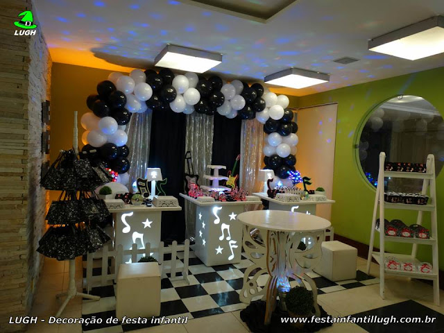 Decoração festa Discoteca provençal simples com cortinado preto e branco