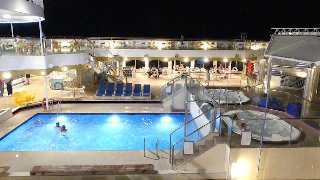 Costa Magica - Deck mit Pool am Abend