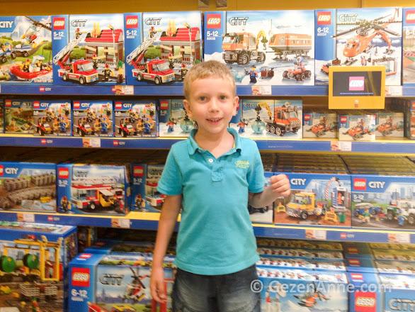 Lego satış mağazasında oyuncak seçen oğlum, Legoland İstanbul