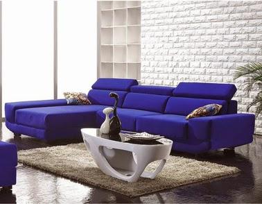 Sala con sofá azul
