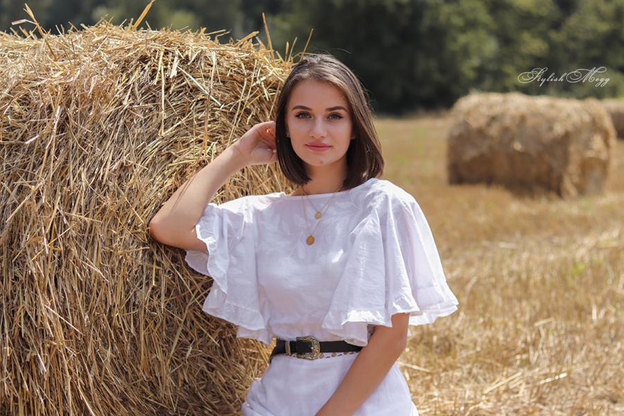 biała sukienka w letni dzień