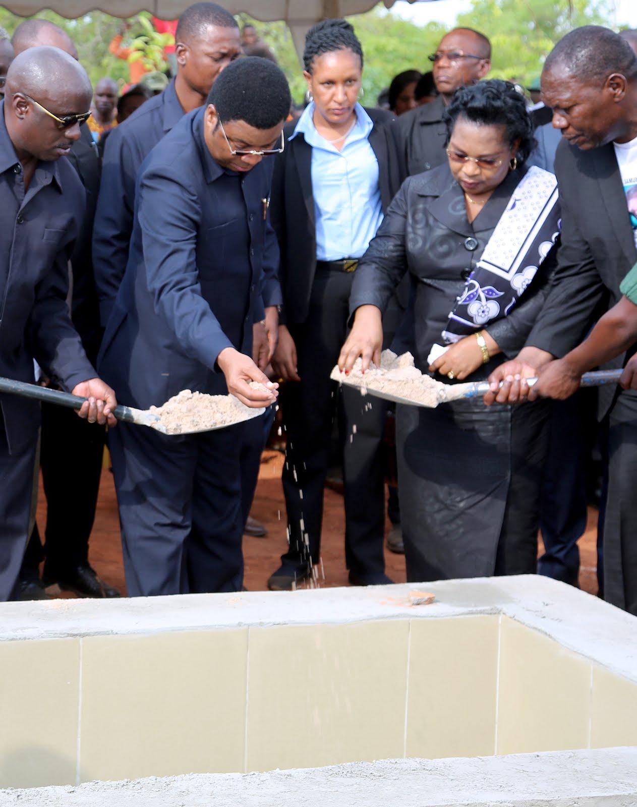 Kasim Majaliwa na Mkewe Mary