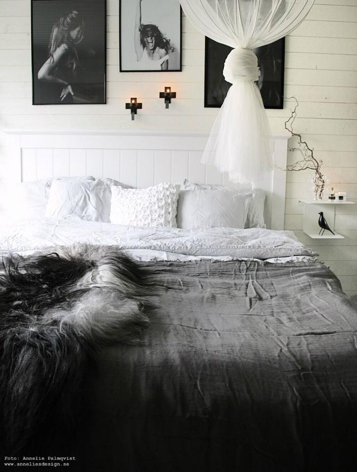 annelies design, webbutik, webbutiker, webshop, nätbutik, sovrum, inspiration, bäddning, fårskinn, sängbord, sängar, tempur, filt, sänggavel, liggande panel, lampa, svart fågel, vako, vas, grått, vitt, vit, vita, gråa, by nord, xl bygg, inredning, panel, tavla, tavlor, poster, psoters, fotokonst, dekoration, Oohh, väggljusstake, väggljusstakar, kors,