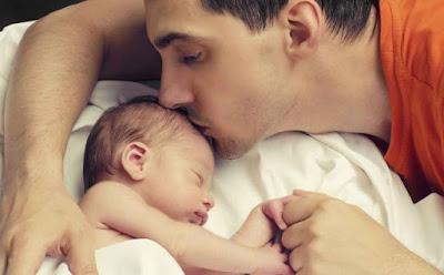 8 أمور تتغير في الزوج حين يصبح أباً رجل اب يقبل يبوس طفل بيبى رضيع ابنه الابوة مشاعر  father hood man father kiss baby child kid son