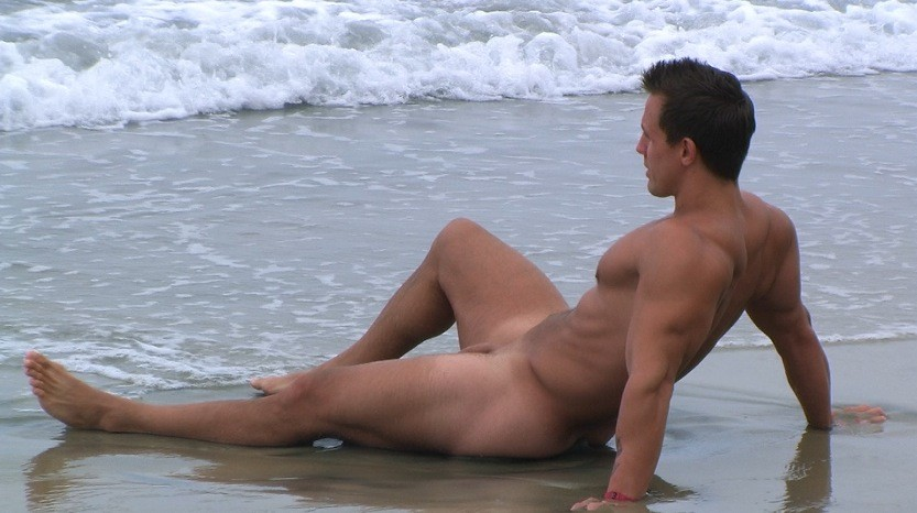 full-naked-woman-man-in-beach
