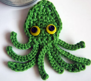 http://translate.googleusercontent.com/translate_c?depth=1&hl=es&rurl=translate.google.es&sl=auto&tl=es&u=http://www.mooglyblog.com/kraken-octopus-squid-applique-free-crochet-pattern/&usg=ALkJrhjEkHCnDyY_6ZpZWilcTb1eDFl1Nw