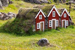 Pequeñas casas donde se dicen, habitan los elfos en Islandia
