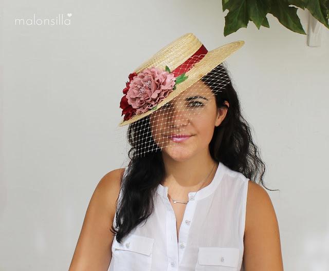 Sombrero tipo canotier con flores grandes en rosa palo y burdeos con hojas verdes y velo tapafeas by Malonsilla