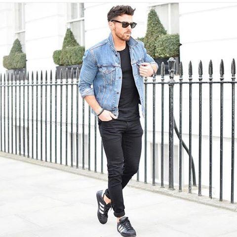 look masculino com jaqueta jeans e tênis adidas preto