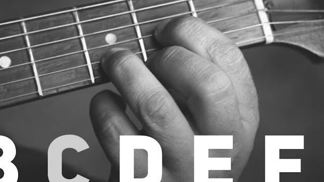 memetik kunci dasar gitar
